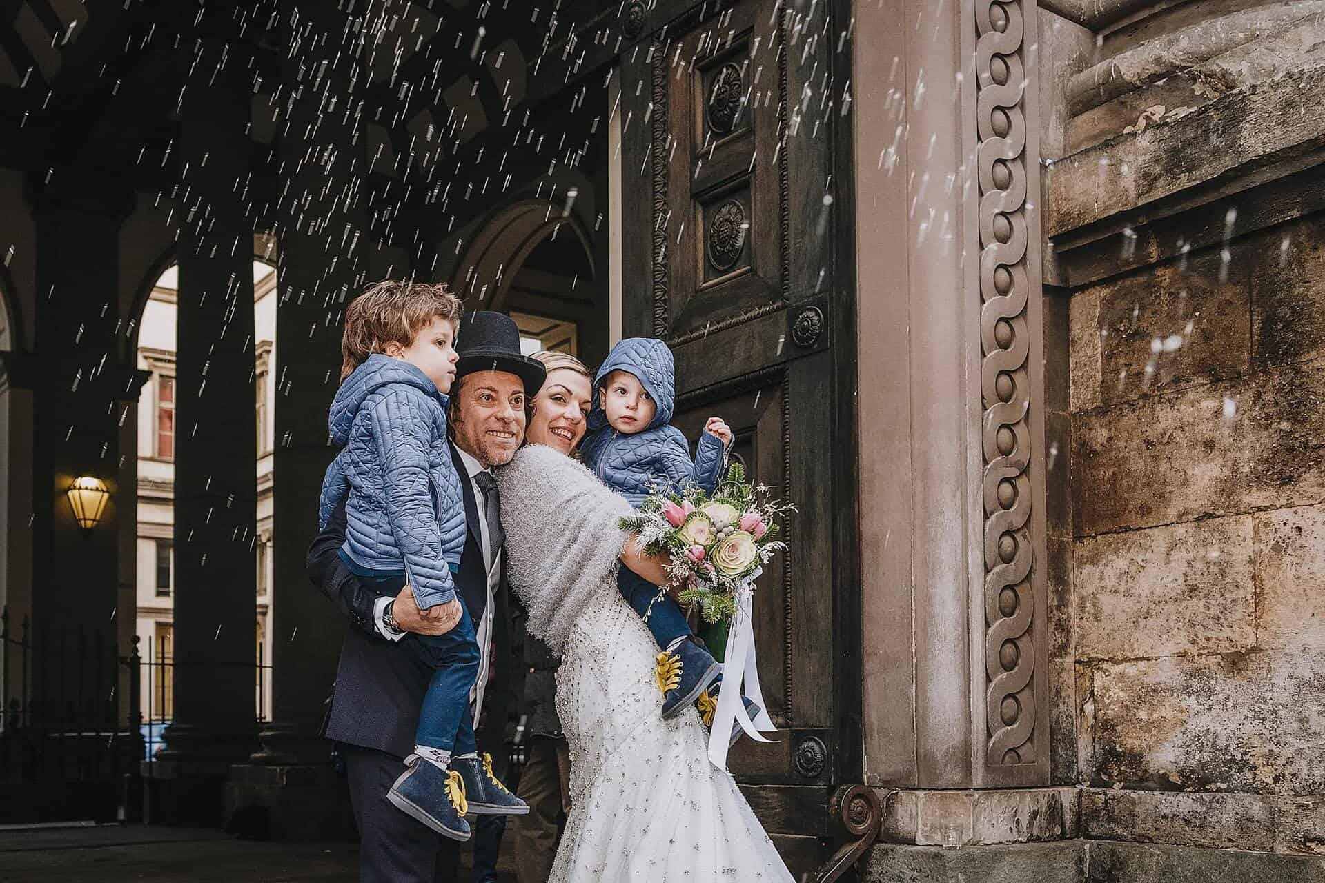 Lancio del riso, sposi a Torino,con bambini