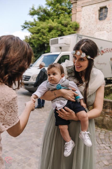 Battesimo a Monchiero nelle Langhe, mamma con il bambino