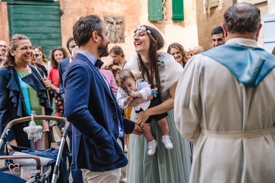 Battesimo a Monchiero nelle Langhe, mamma, papà e bambino