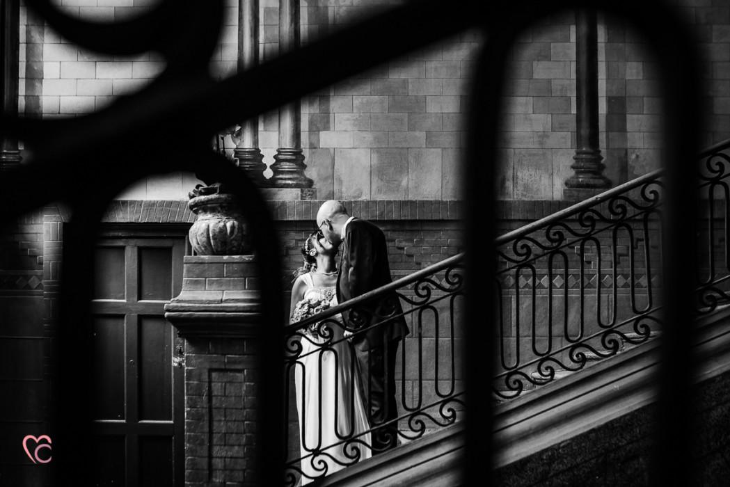 Matrimonio al Municipio di riva presso chieri, sposi che si baciano