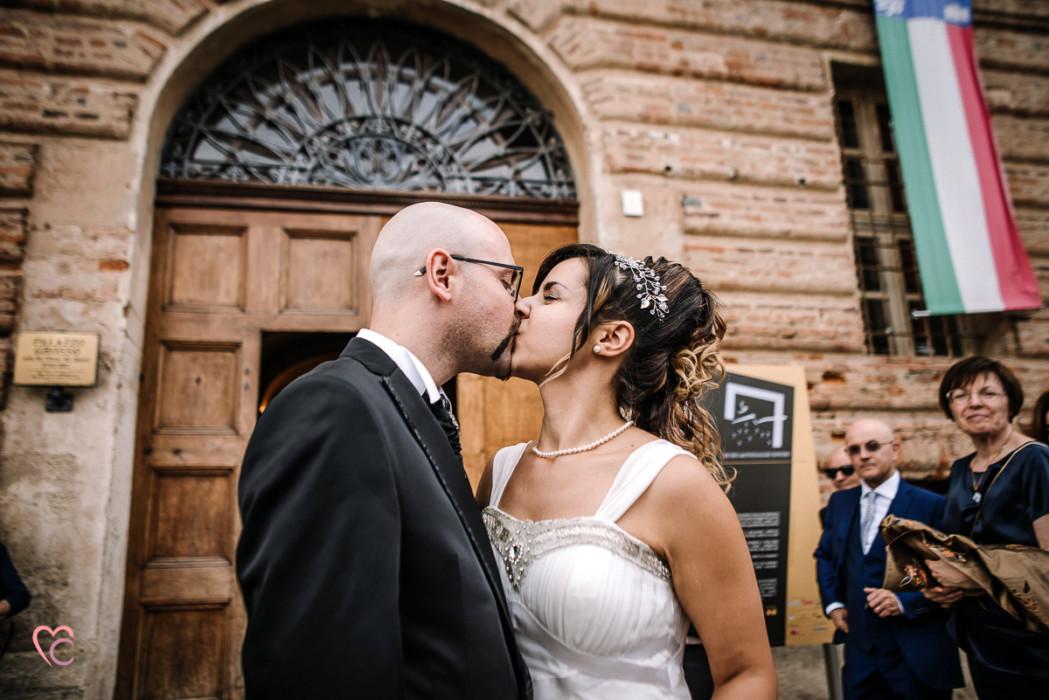 Matrimonio al Municipio di riva presso chieri, sposi, nuvoloso, bacio