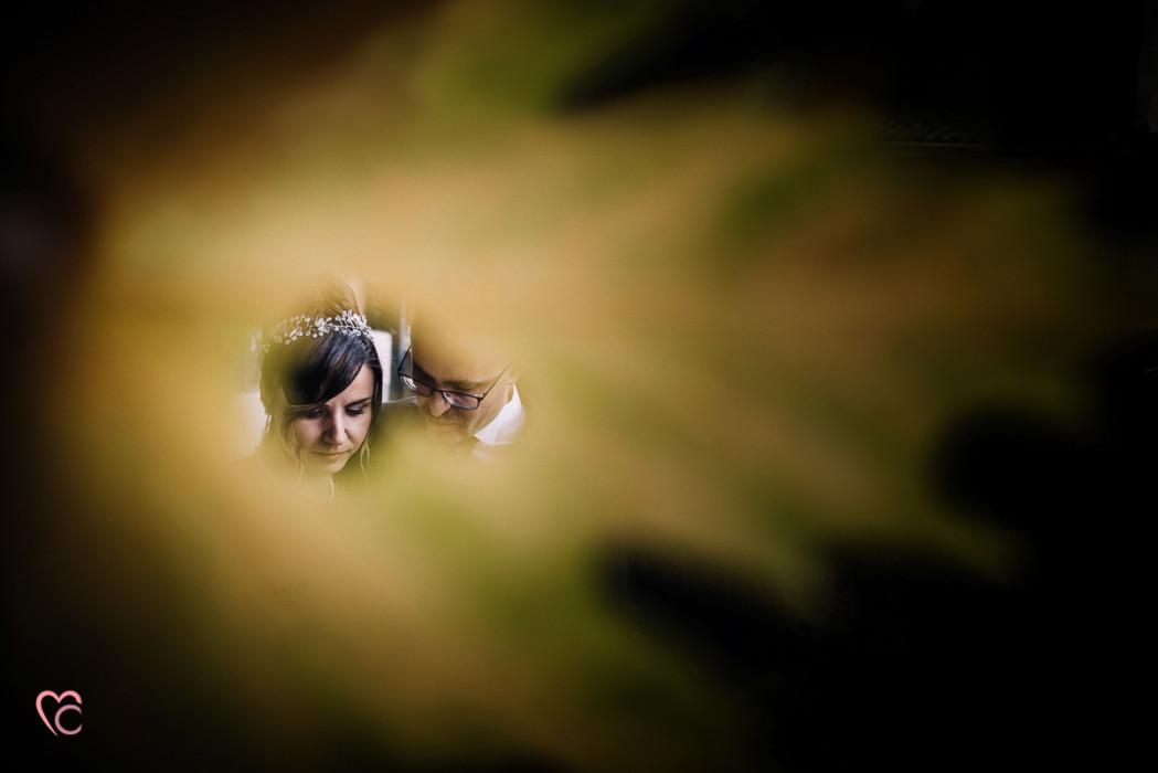 Ricevimento nuziale al Mulino della torre di Riva presso Chieri, foto artistica, sposi attraverso una foglia
