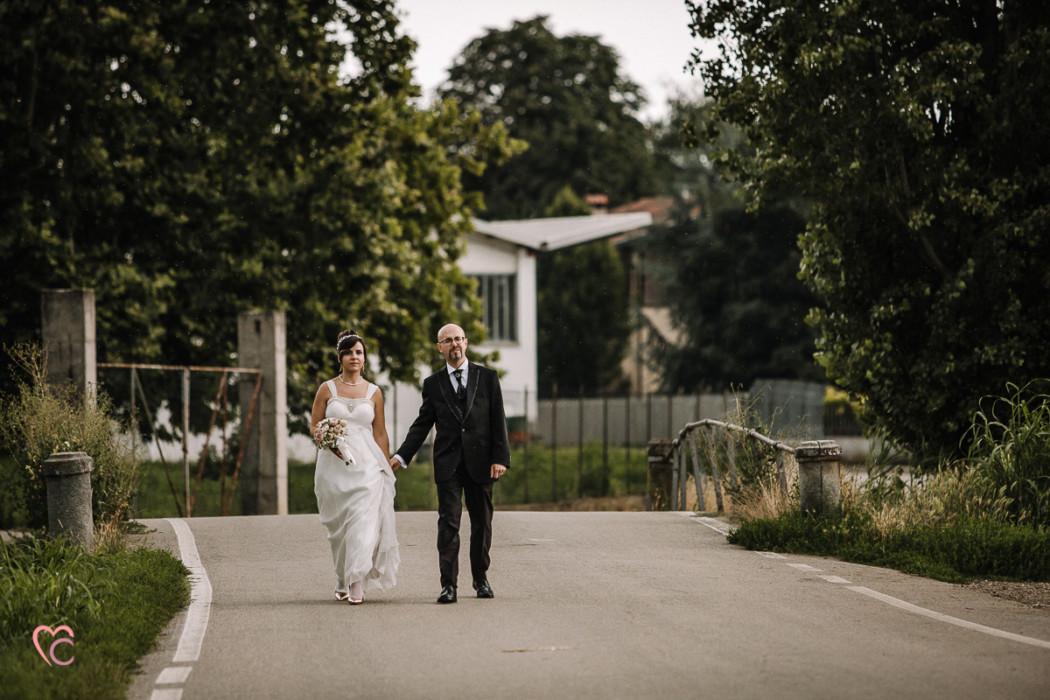 Ricevimento nuziale al Mulino della torre di Riva presso Chieri, sposi che camminano