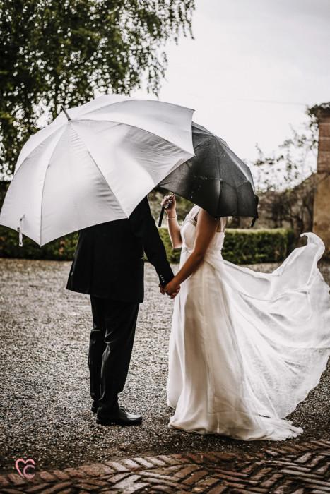 Ricevimento nuziale al Mulino della torre di Riva presso Chieri, sposi sotto la pioggia