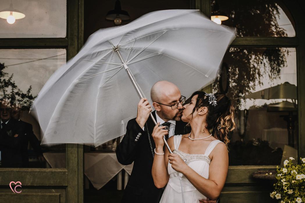 Ricevimento nuziale al Mulino della torre di Riva presso Chieri, sposi con l'ombrello