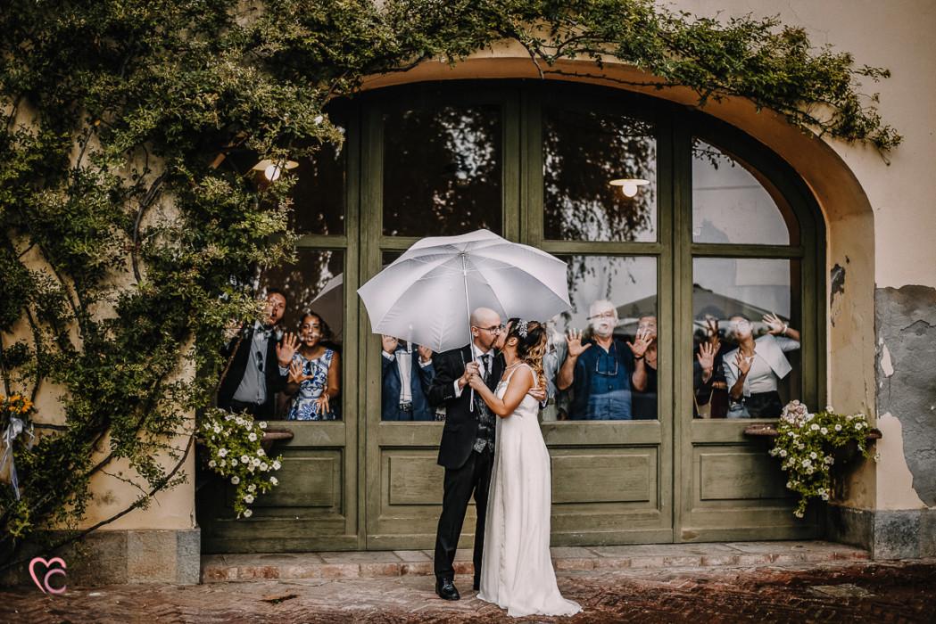 Ricevimento nuziale al Mulino della torre di Riva presso Chieri, sposi sotto la pioggia, con l'ombrello, invitati , divertente, simpatica