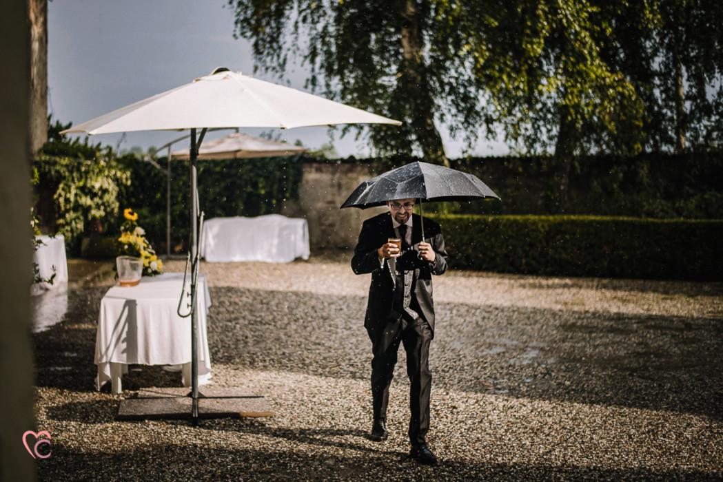 Ricevimento nuziale al Mulino della torre di Riva presso Chieri, sposo sotto la pioggia