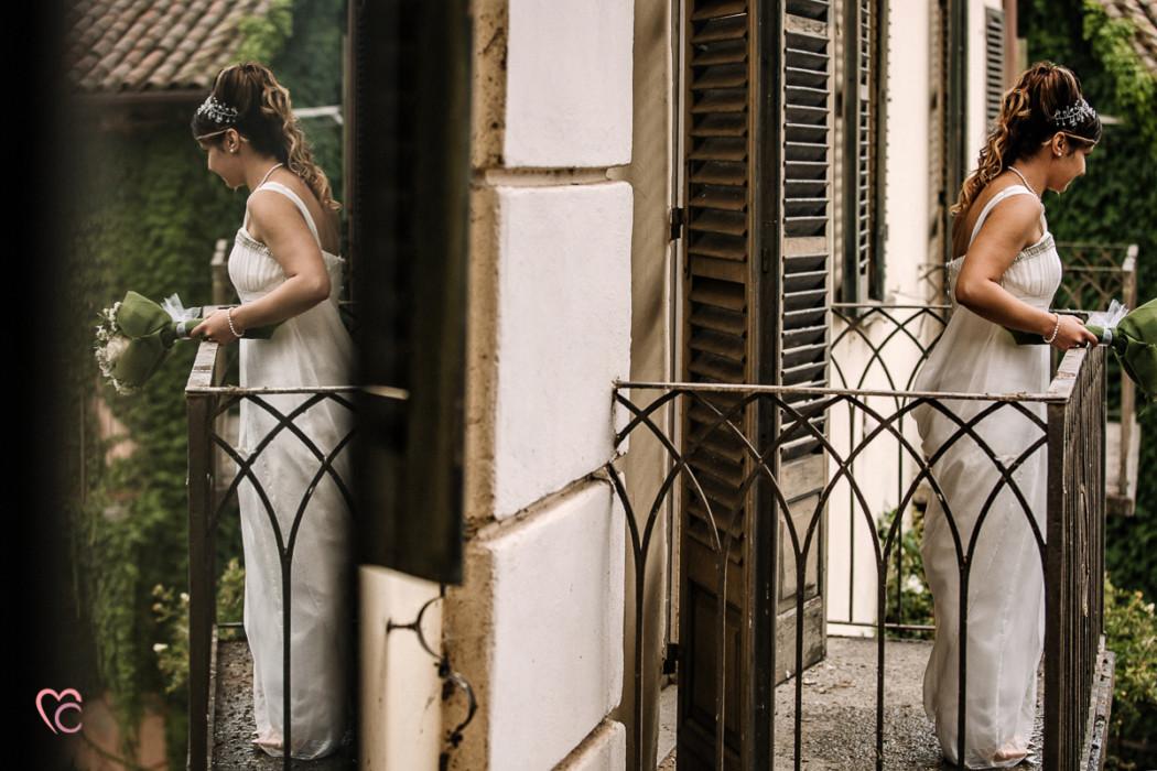 Ricevimento nuziale al Mulino della torre di Riva presso Chieri, lancio del bouquet, sposa riflessa