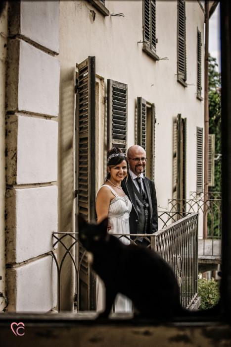 Ricevimento nuziale al Mulino della torre di Riva presso Chieri, sposi Mary e guido alla finestra con silhouette di gatto nero