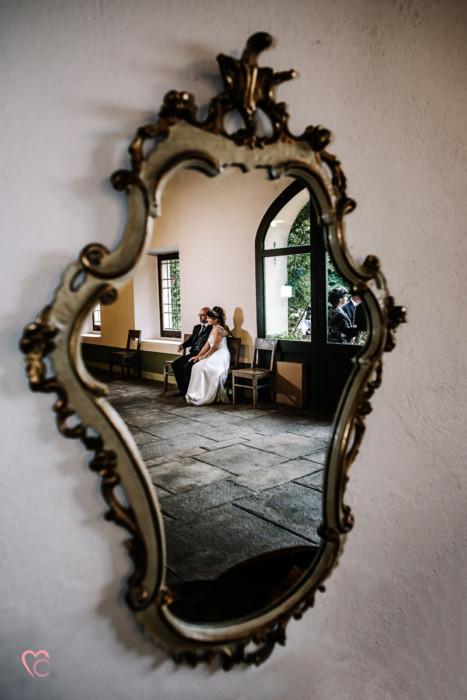 Ricevimento nuziale al Mulino della torre di Riva presso Chieri, sposi Mary e Guido allo specchio