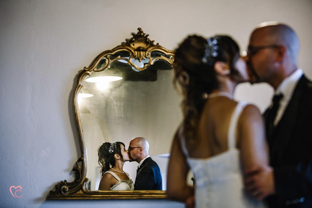 Ricevimento nuziale al Mulino della torre di Riva presso Chieri, sposi Mary e Guido, allo specchio