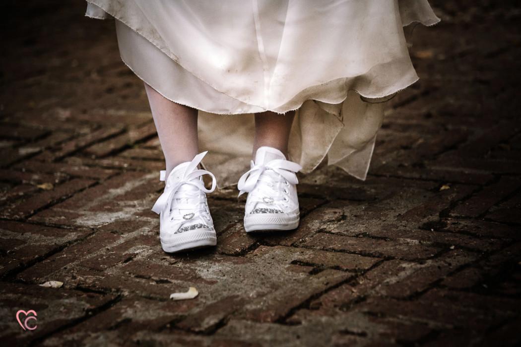 Ricevimento nuziale al Mulino della torre di Riva presso Chieri, sposa con sneakers