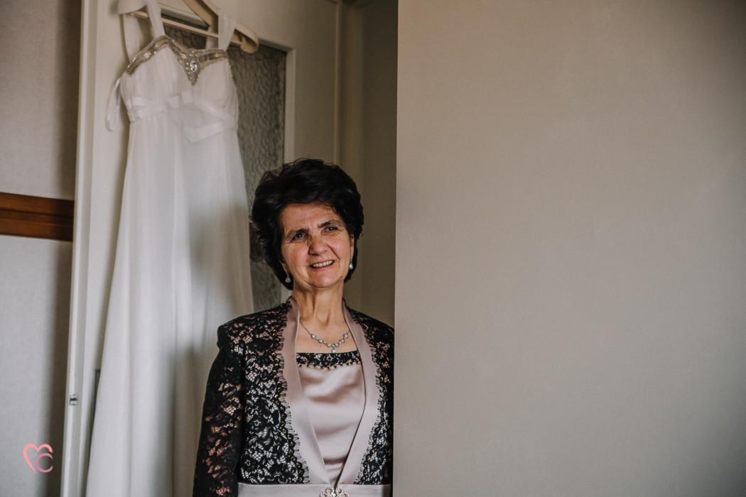 Matrimonio a Chieri e a Riva presso Chieri, preparazione della sposa, mamma della sposa commossa