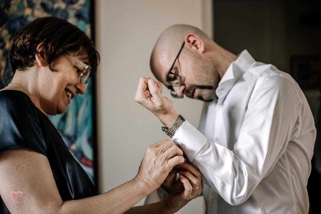 Matrimonio a Chieri e a Riva presso Chieri, preparazione dello sposo che indossa i gemelli aiutato dalla mamma