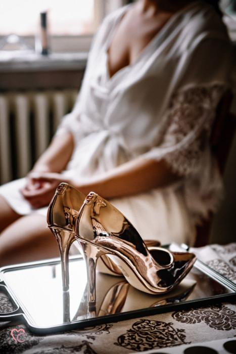 Matrimonio a Chieri e a Riva presso Chieri, preparazione della sposa, scarpe di guess in primo piano e sposa sfocata