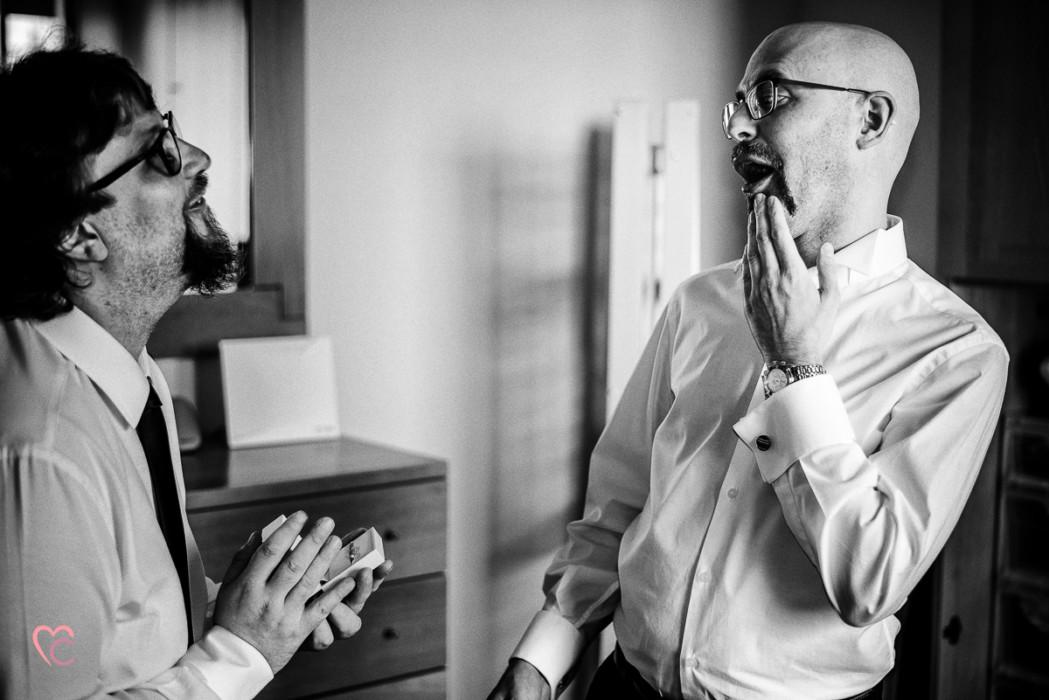 Matrimonio a Chieri e a Riva presso Chieri, preparazione dello sposo, foto divertente, sposo con il testimone