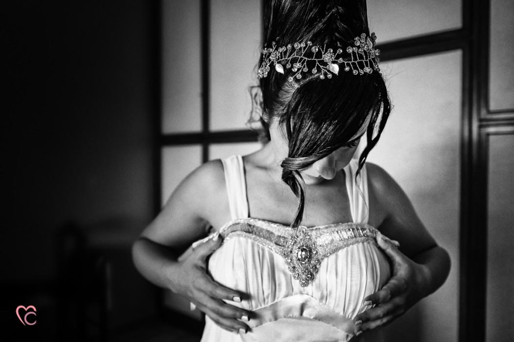 Matrimonio a Chieri e a Riva presso Chieri, preparazione della sposa,sposa che indossa l'abito