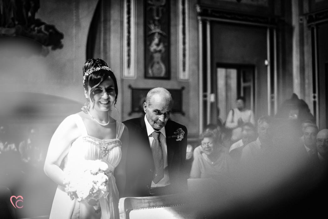 Matrimonio al Municipio di riva presso chieri, entrata della sposa con il papà