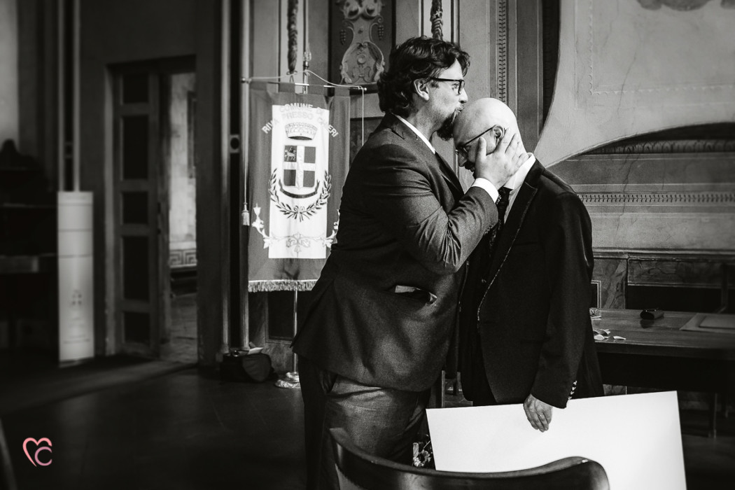 Matrimonio al Municipio di riva presso chieri, foto buffa, testimone che bacia lo sposo sulla testa pelata