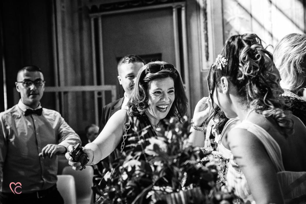 Matrimonio al Municipio di riva presso chieri, baci e abbracci, invitata che ride