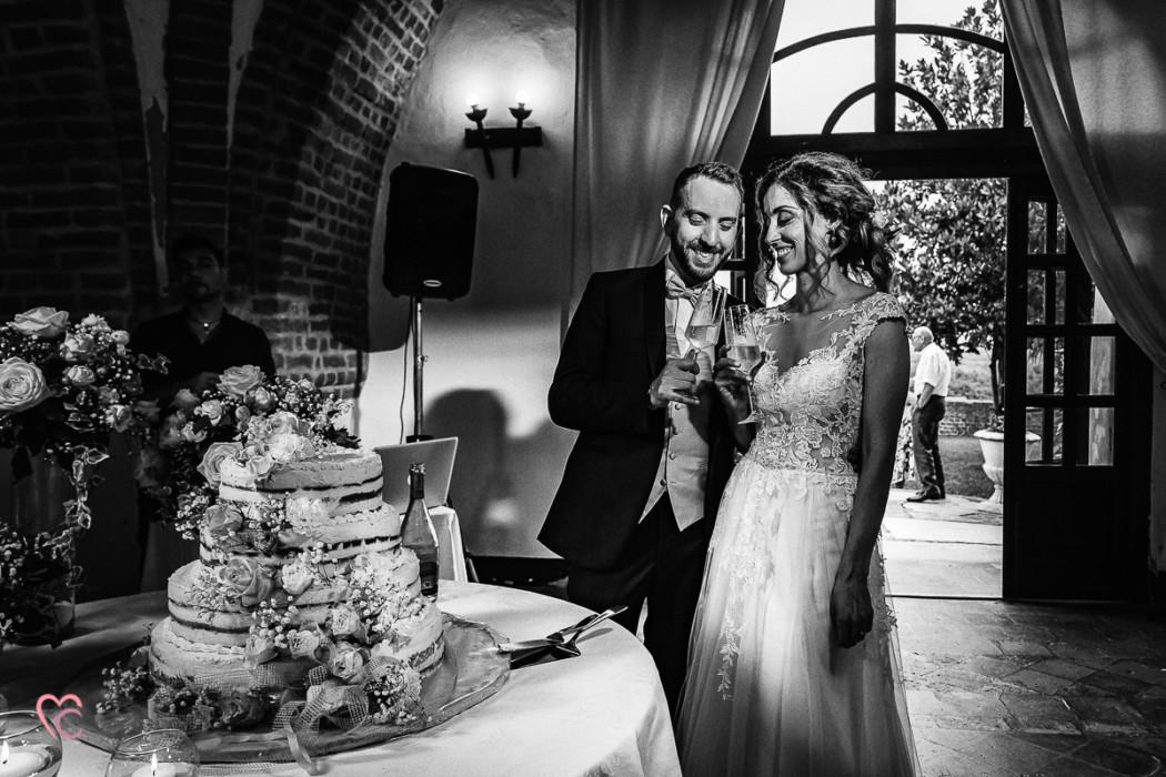 Fotografo matrimonio Torino e Cortanze, ricevimento al castello di Cortanze, servizio fotografico di coppia, sposi, taglio della torta