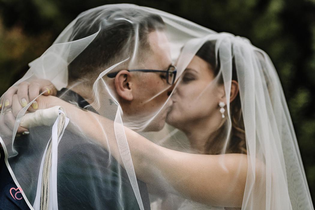 Matrimonio a La morra, servizio di coppia, sotto il velo