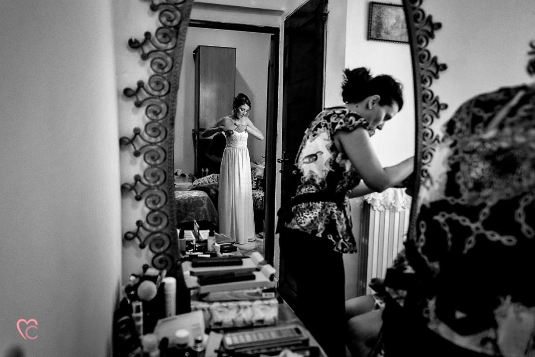 Matrimonio alla Morra,preparazione della sposa, make-up,damigella riflessa nello specchio