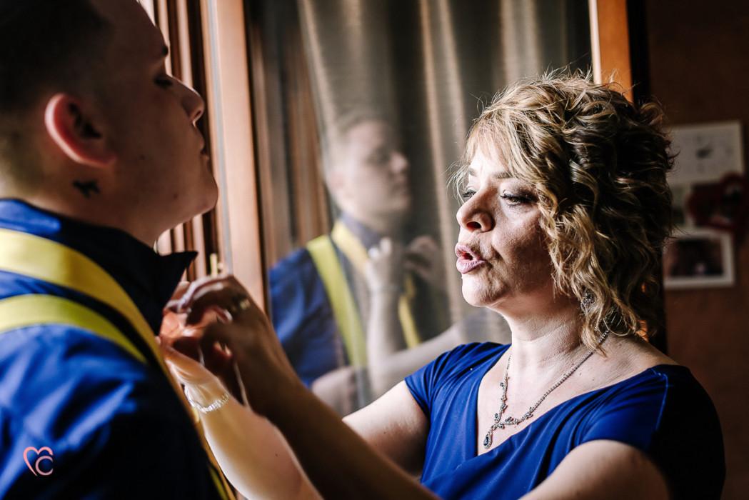 Matrimonio alla Morra,preparazione dello sposo, mamma che sistema la cravatta