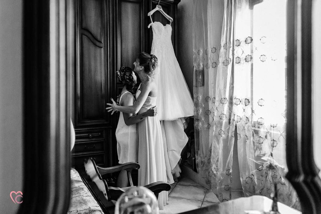 Matrimonio alla Morra,preparazione della sposa, sposa che abbraccia la damigella