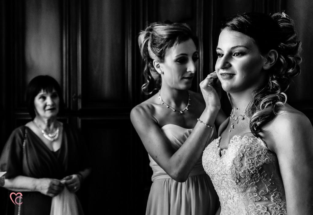 Matrimonio alla Morra,preparazione della sposa, sposa, damigella e abito di Nicole spose, mamma della sposa che guarda