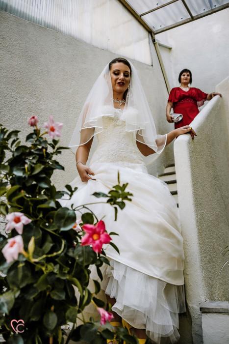 Matrimonio alla Morra,preparazione della sposa, sposa che scende dalle scale