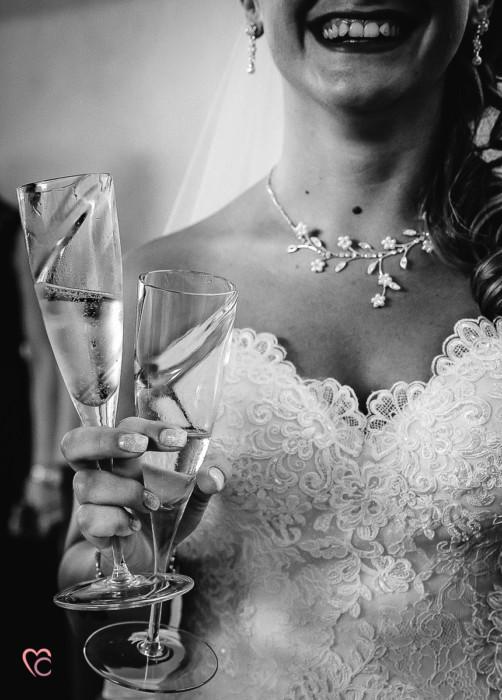 Matrimonio alla Morra,preparazione della sposa, sposa che brinda