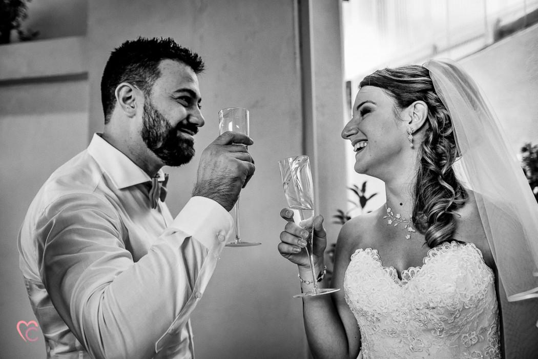Matrimonio alla Morra,preparazione della sposa, sposa che brinda col fratello