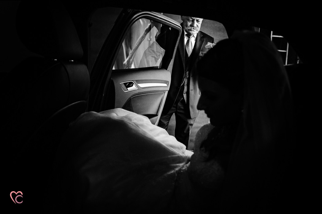 Matrimonio alla Morra,preparazione della sposa, sposa che sale in auto