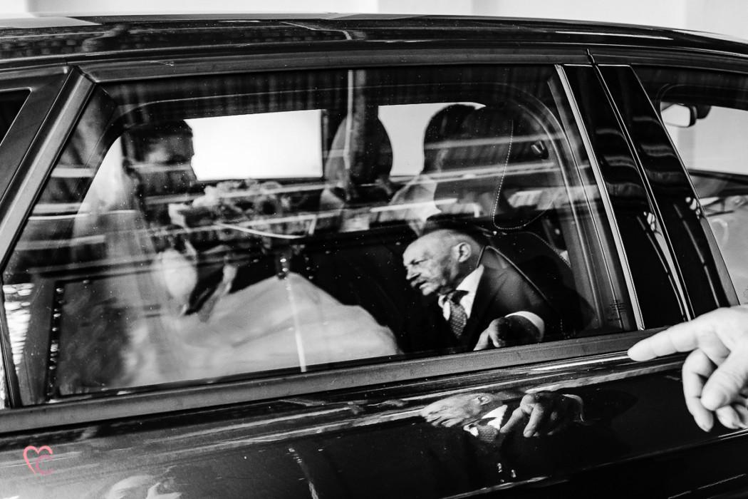 Matrimonio alla Morra,preparazione della sposa, sposa in auto, papà riflesso