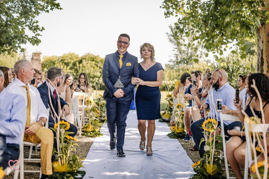 Matrimonio a La morra, cerimonia, entrata dello sposo con la mamma