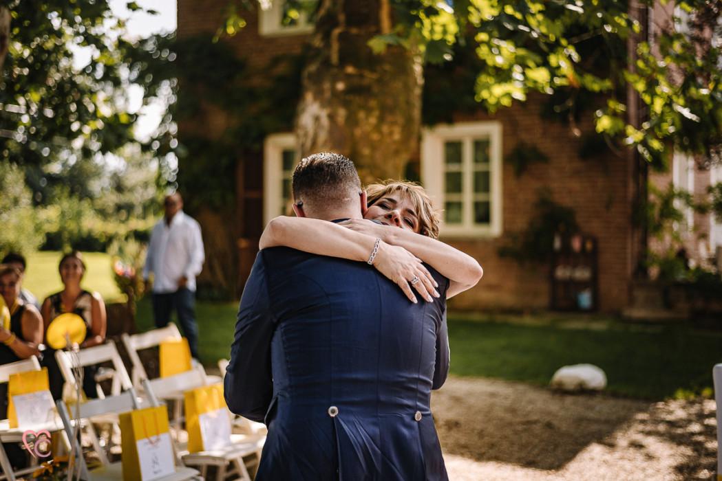 Matrimonio a La morra, cerimonia, abbraccio tra lo sposo e la mamma