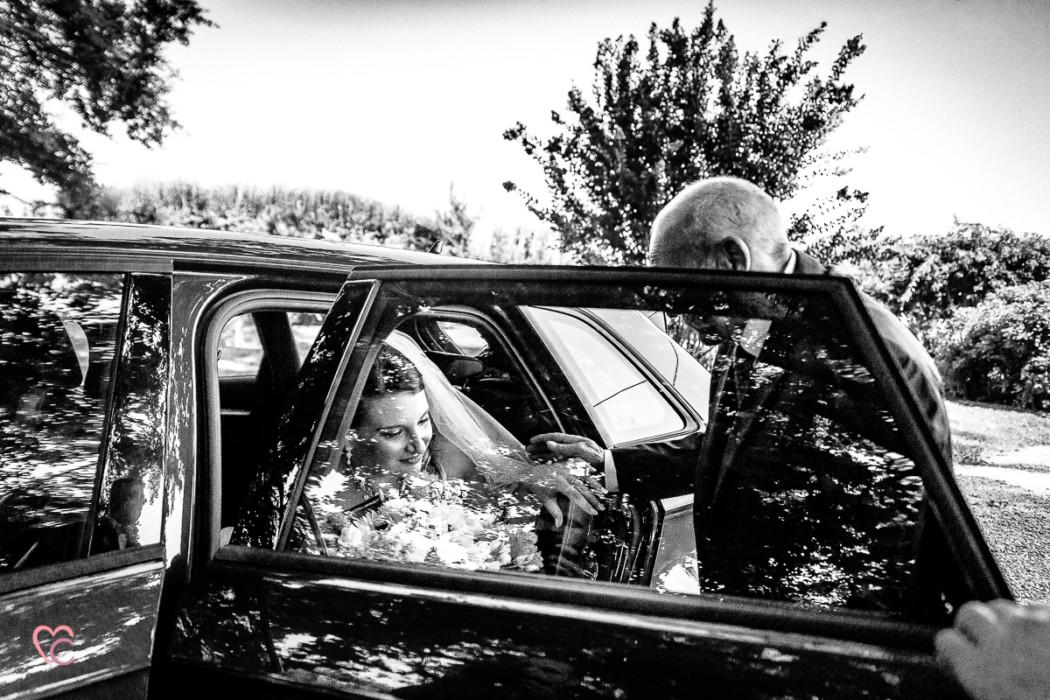 Matrimonio a La morra, cerimonia, sposa che esce dall'auto