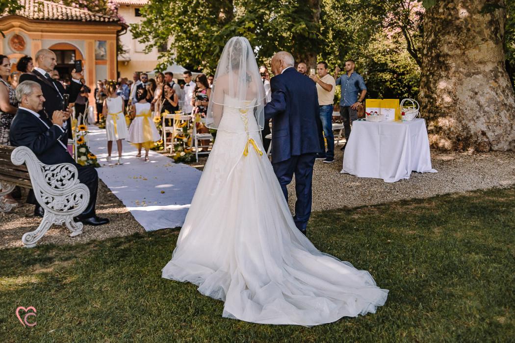 Matrimonio a La morra, cerimonia,sposa che entra con il papà