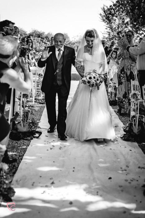 Matrimonio a La morra, cerimonia,sposa che arriva con il papà