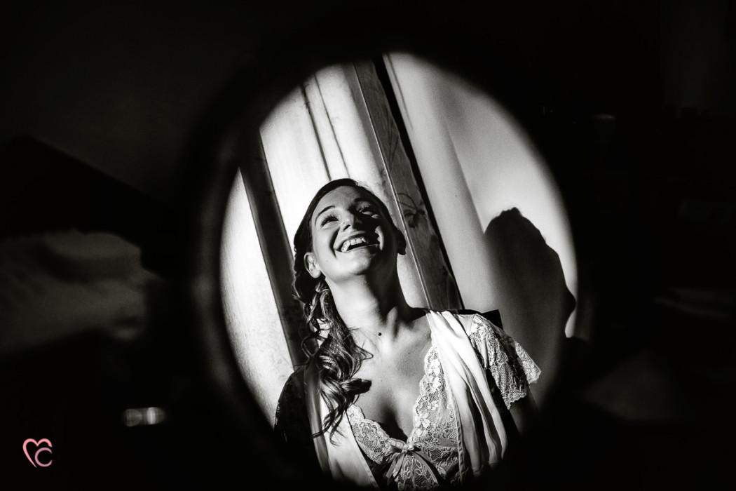 Matrimonio alla Morra,preparazione della sposa, make-up,sposa riflessa nello specchio