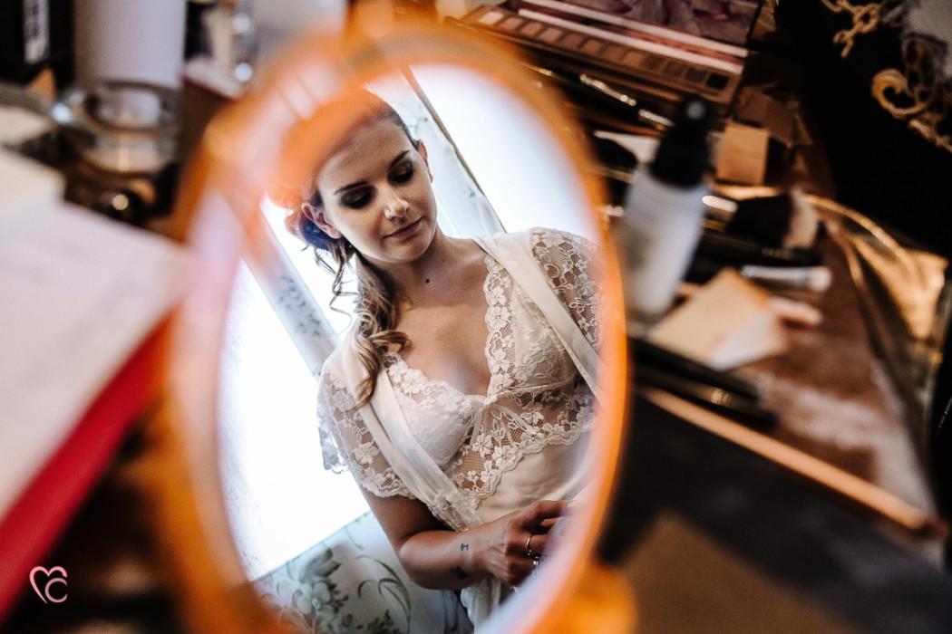 Matrimonio alla Morra,preparazione della sposa, make-up, sposa riflessa nello specchio