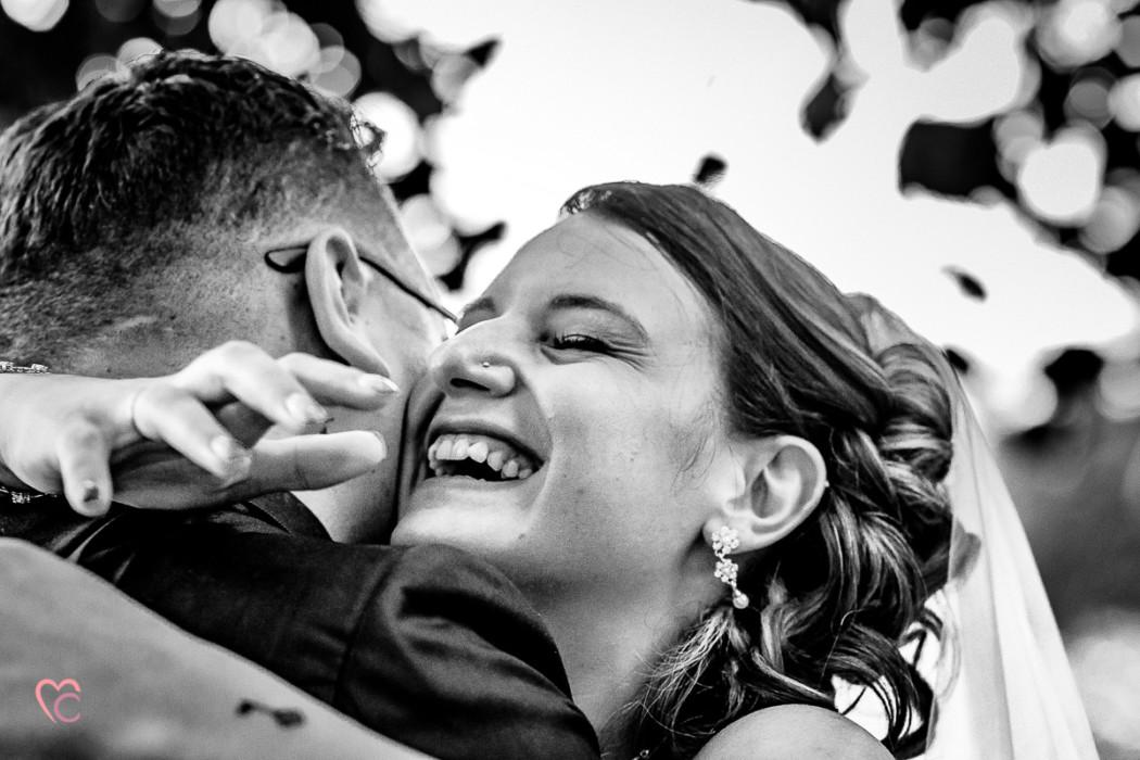 Matrimonio a La morra, cerimonia, abbraccio degli sposi