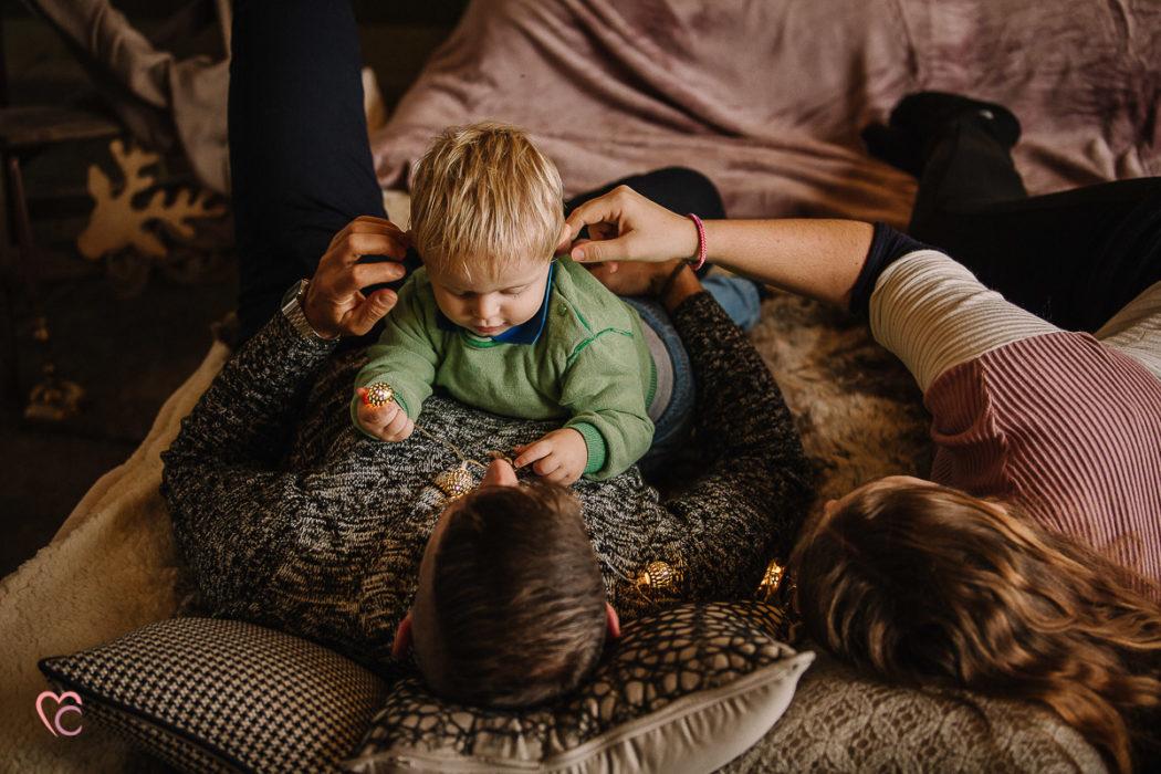 Sessione fotografica di Natale, fotografia di famiglia, in una casa da fiaba, atmosfera da chalet di montagna