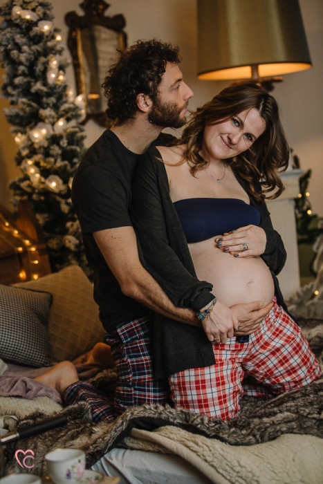 Sessione fotografica in gravidanza, maternity session di natale, al Mulino della Torre, in un set da favola da natale scandinavo e nordico