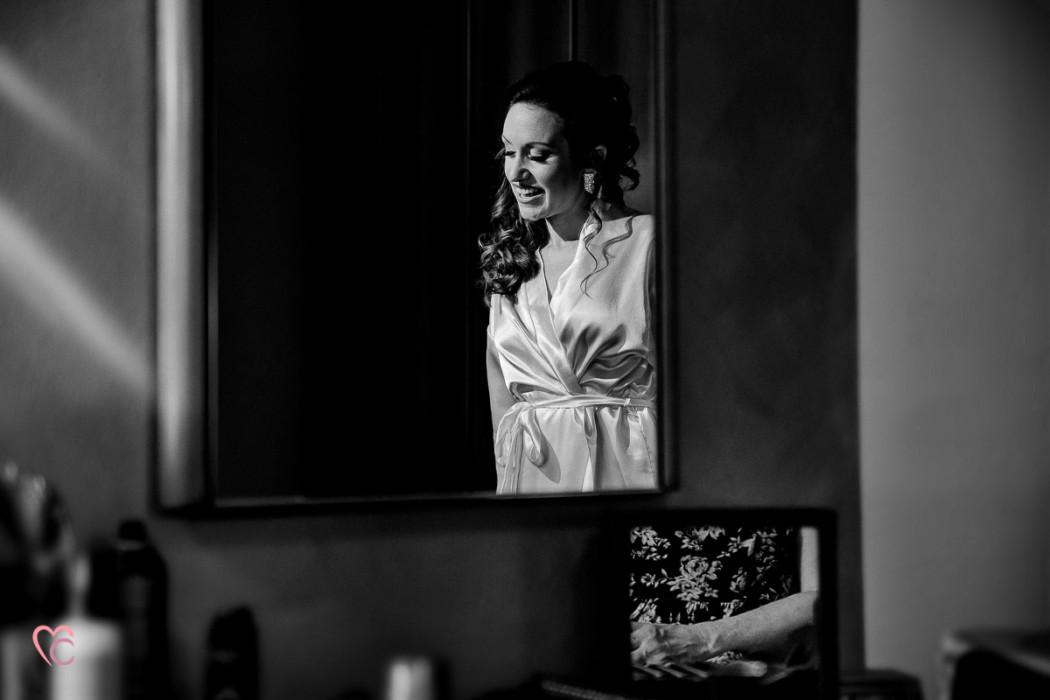 Fotografo matrimonio Torino, matrimonio a Cambiano, preparazione della sposa, bianconero, luce Rembrandt