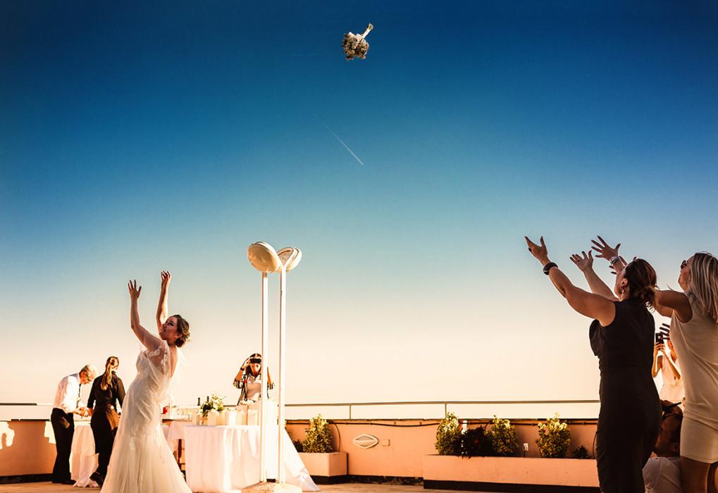 Fotografo matrimonio Torino, matrimonio in Liguria, ad Arenzano, ricevimento al ristorante Punta San Martino,lancio del bouquet