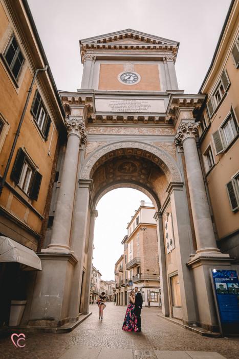 Prewedding a Chieri, nel centro storico di Erica e Daniele, sotto l'Arco