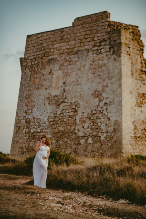 Servizio fotografico di gravidanza al mare, Marina di Ostuni, Torre Pozzella. Ora dorata. Golden Hour. Tramonto.
