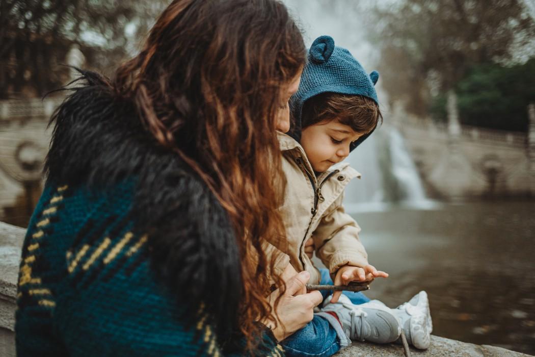 Sessione fotografica autunnale nel parco del Valentino a Torino mamma con bambino